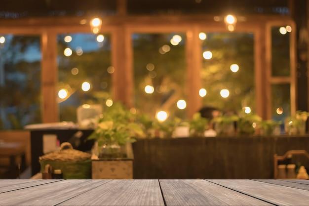Table en bois vierge devant fond de restaurant flou