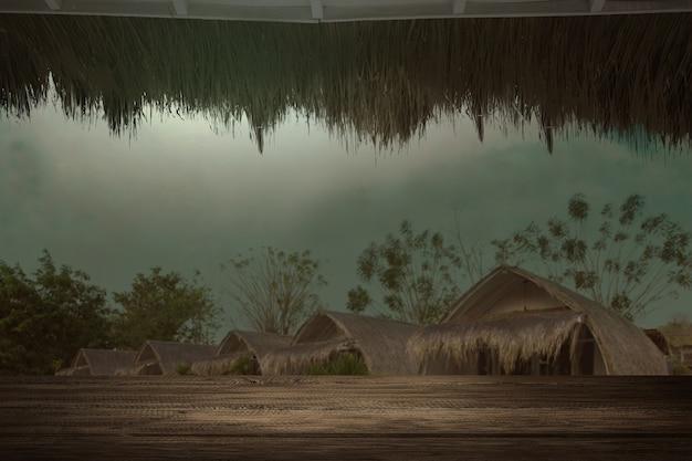 Table en bois avec vue sur la station balnéaire effrayante avec la scène de nuit