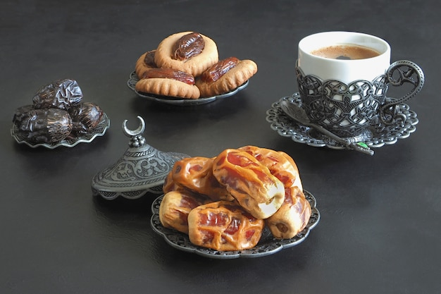 Table de bonbons du ramadan. biscuits de la fête islamique el fitr