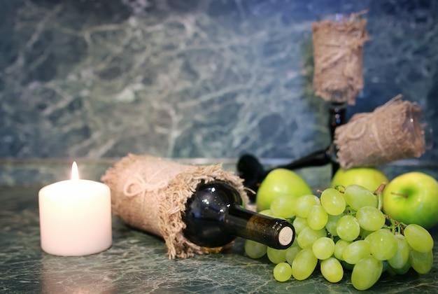 Table avec bouteille de vin raisin