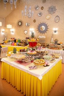 Table de buffet dans un restaurant de dinde. doux singulier au buffet.