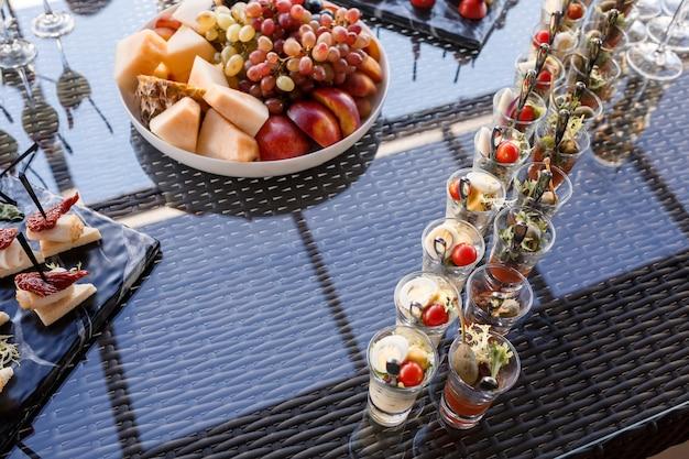 Table de buffet pour les invités lors d'un banquet avec divers snacks et sandwichs