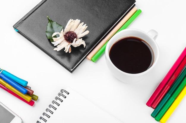 Table de bureau blanche, affaires et éducation