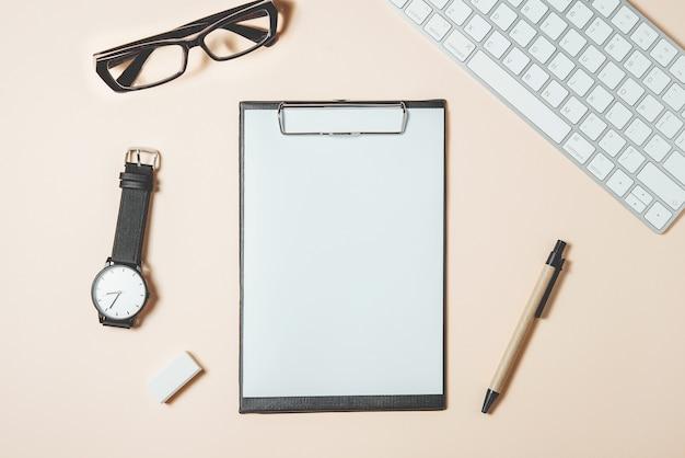 Table de bureau blanche avec beaucoup de choses dessus. vue de dessus avec espace de copie