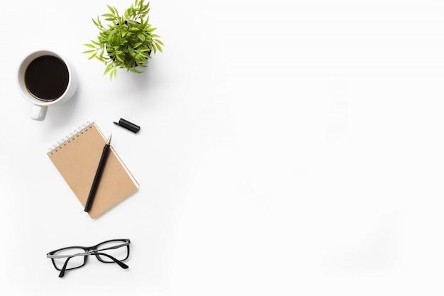 Table de bureau blanche avec fournitures. vue de dessus avec espace de copie, pose à plat.