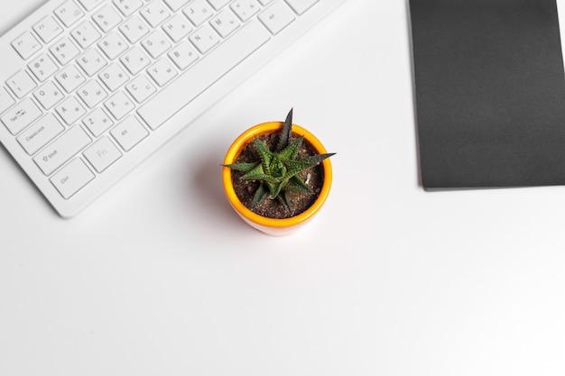 Table de bureau blanche moderne avec clavier et fournitures. vue de dessus avec espace de copie, pose à plat.