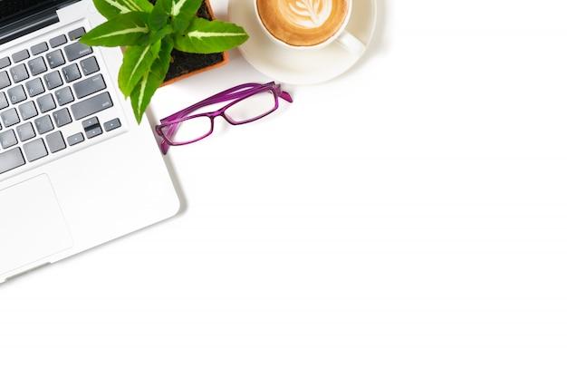 Table de bureau blanche avec ordinateur portable, café chaud latte art et lunettes