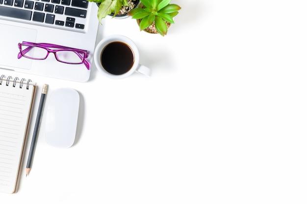 Table de bureau blanche avec ordinateur portable