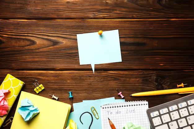 Table de bureau avec bloc-notes, fournitures.
