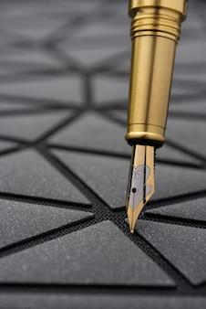 Table de bureau avec bloc-notes. stylo plume avec manche noir..