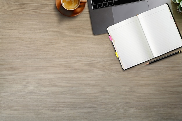 Table de bureau en bois avec vue de dessus avec des gadgets et des fournitures pour ordinateur portable.