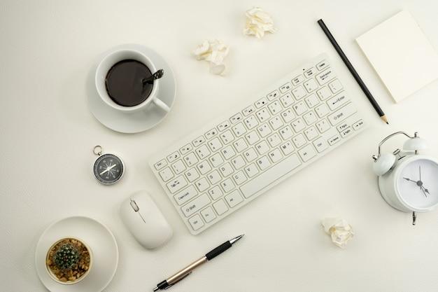 Table de bureau de bureau d'affaires et objets commerciaux sur cuir blanc.