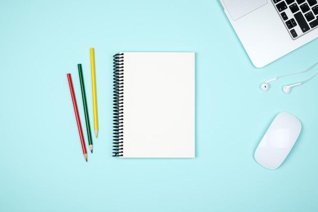 Table de bureau de bureau colorée avec équipement