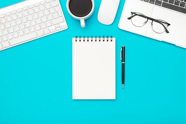 Table de bureau de bureau design blanc avec page de cahier vierge