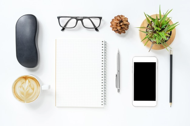 Table de bureau de bureau hipster blanc avec des fournitures.