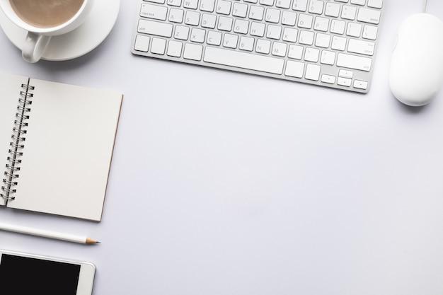 Table de bureau de bureau moderne vue de dessus avec espace de copie en arrière-plan blanc.