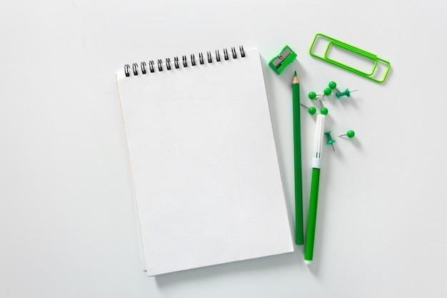 Table de bureau avec cahier et crayons