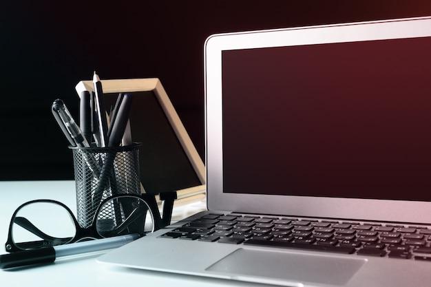 Table de bureau en cuir de bureau avec ordinateur, fournitures