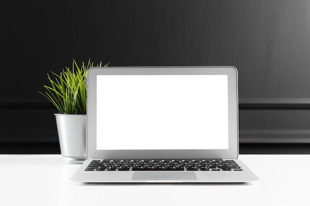 Table de bureau en cuir avec ordinateur, fournitures