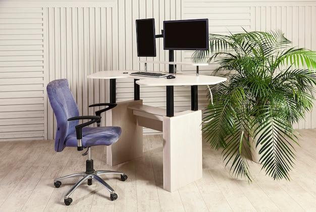 Table de bureau avec deux moniteurs un mécanisme de levage pour travailler debout et assis