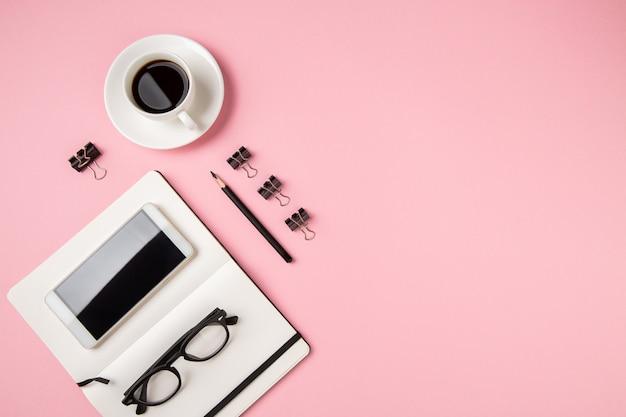 Table de bureau minimaliste rose pastel