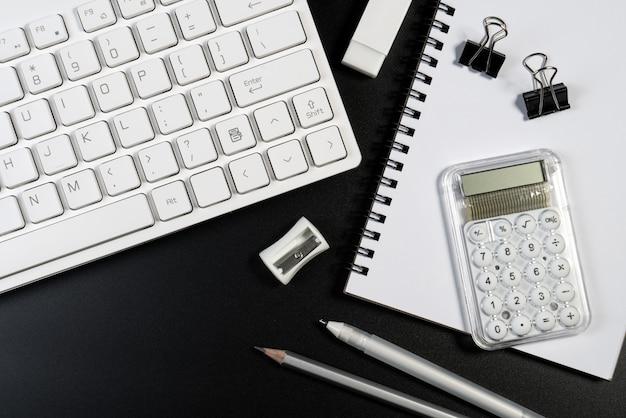 Table de bureau noir et blanc avec clavier d'ordinateur, fournitures d'affaires