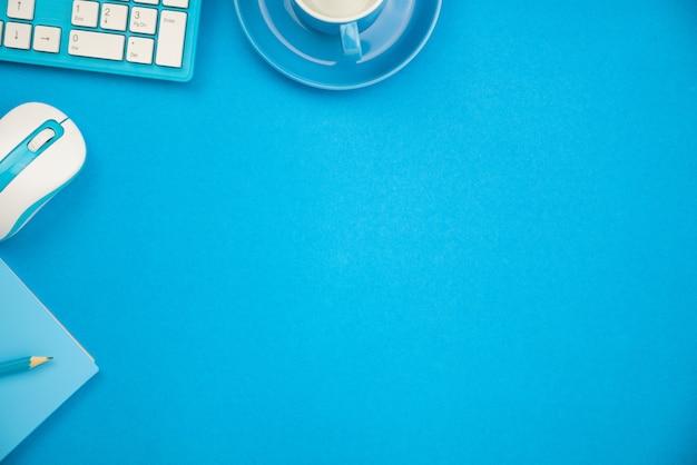 Table de bureau avec des objets métier
