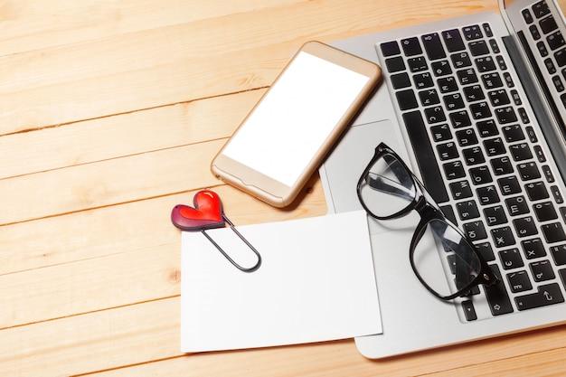 Table de bureau avec ordinateur, fournitures