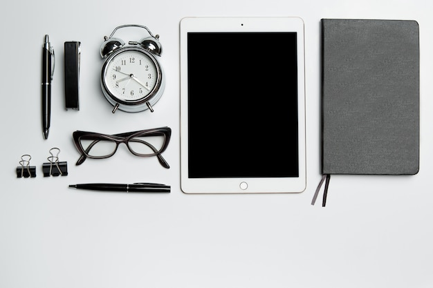 Table de bureau avec ordinateur portable, fournitures, téléphone et tasse à café
