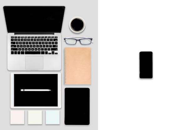 Table de bureau avec ordinateur portable, tablette numérique, téléphone portable et accessoires.