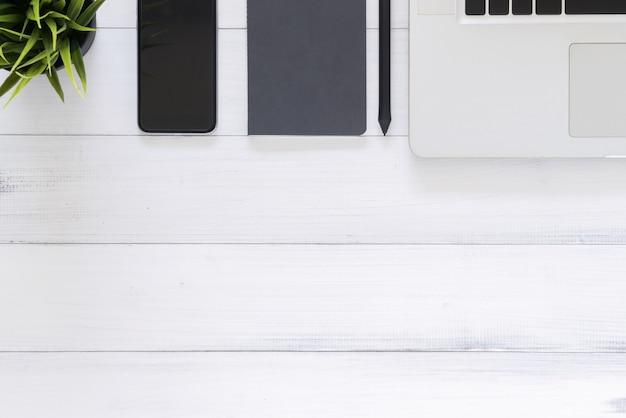 Table de bureau avec ordinateur portable. vue de dessus avec espace copie