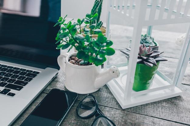 Table de bureau avec ordinateur