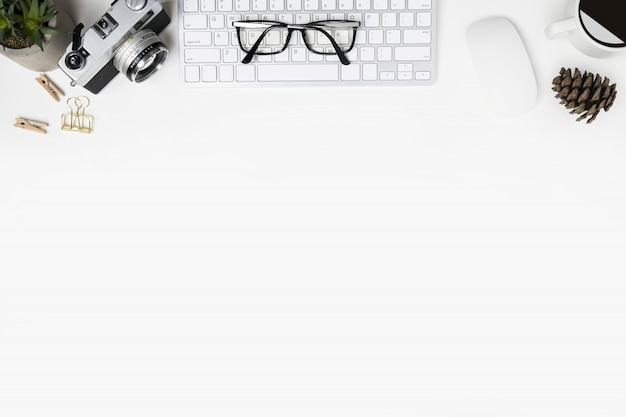 Table de bureau de photographe blanche. vue de dessus avec espace de copie, pose à plat.