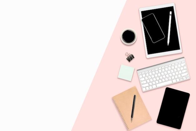 Table de bureau à plat avec appareils numériques