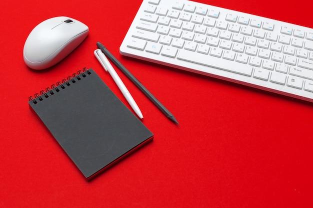 Table de bureau stylisée avec photographie de bureau et fournitures de bureau