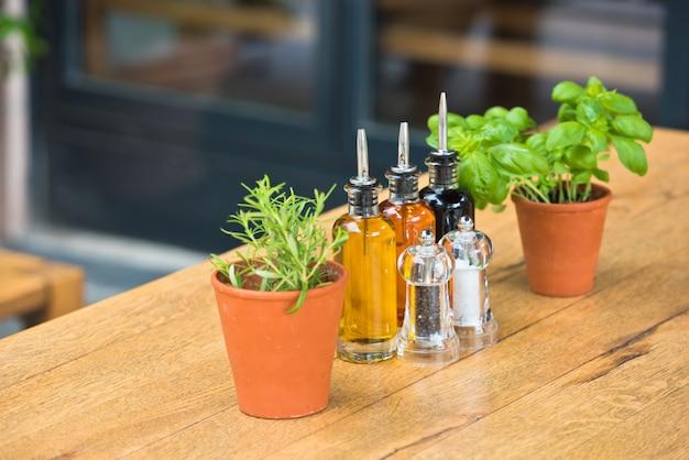 Table de café aux herbes et condiments