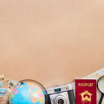 Table avec caméra touristique et passeport