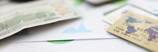 Sur la table des cartes en plastique de dollars américains et une calculatrice et une loupe.