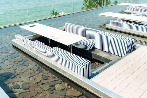 Table et chaise au restaurant avec vue sur la mer