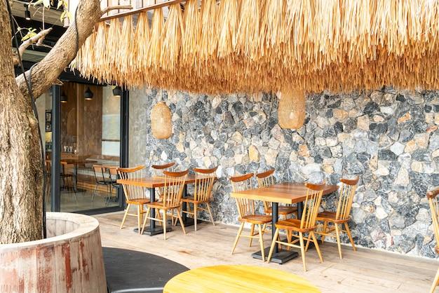 Table et chaise en bois au café restaurant
