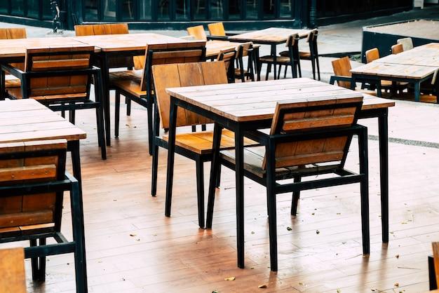 Table et chaise en bois vides dans un restaurant en plein air