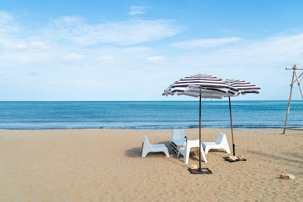Table et chaise extérieure de patio vide sur la plage avec le fond de plage de mer