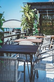 Table et chaise de patio extérieur vide au restaurant