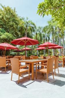 Table et chaise de patio extérieur vide avec parasol