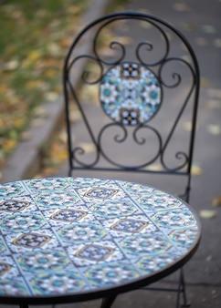 Table et chaise texturées avec de beaux motifs à l'extérieur.