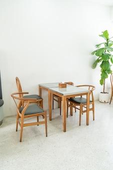 Table et chaise vide dans un café et un café-restaurant