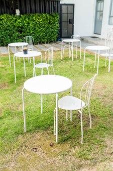 Table et chaise vide dans le jardin