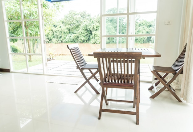 Table et chaise vides dans le salon