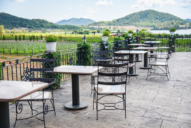 Table et chaises sur le balcon du restaurant en plein air, table à manger sur la terrasse