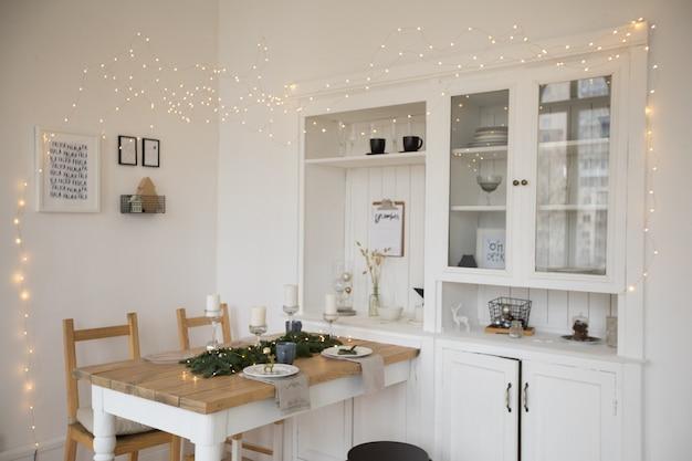 Table et chaises blanches décorées dans le salon